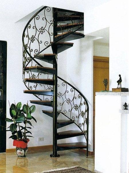 Винтовая лестница занимает вдвое меньше места, но при этом более опасная для подъема-спуска маленьких детей
