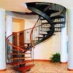 Винтовая металлическая лестница в интерьере