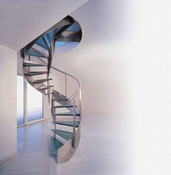 Винтовая модель из стали и стекла идеально подходит для интерьера в стиле хай-тек