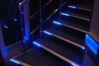 Вмонтированные в ступеньки неоновые лампы