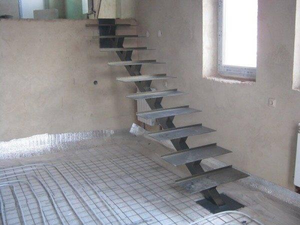 Во время ремонта смонтирована лестница на центральном металлическом косоуре