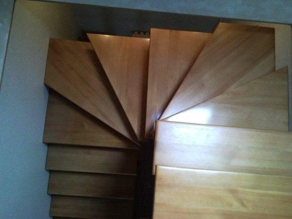 Забежная лестница с поворотом на 180 градусов из дерева