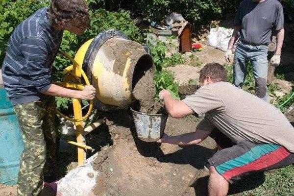 Замешивание бетонного раствора в бетономешалке