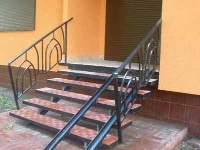 Железные лестницы своими руками себя полностью оправдывают, когда речь идёт об их установке на открытом воздухе, а наличие рельсов для коляски стало уже неотъемлемой частью таких лестниц повсеместно