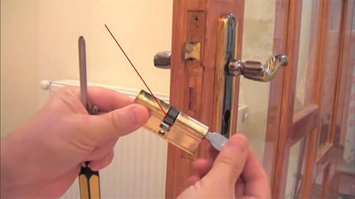 Пошаговая инструкция по замене замка на двери: инструмент и этапы работы, советы и рекомендации специалистов