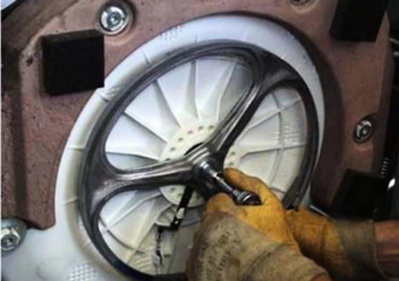 Стиральная машина издает стук при работе — что делать?