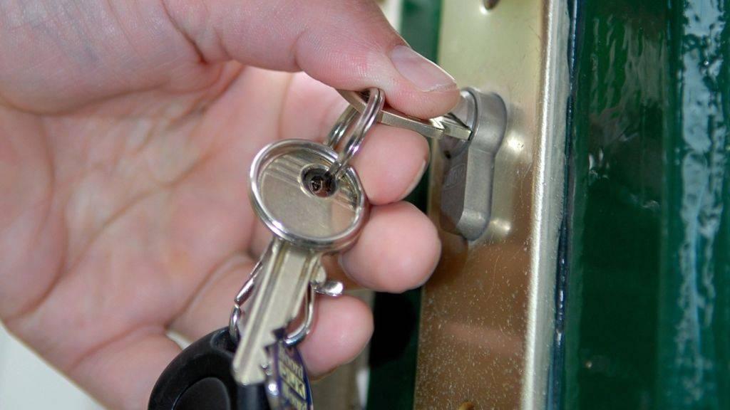 Замена замков в металлической двери своими руками