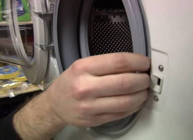 Почему барабан машинки стучит при отжиме?