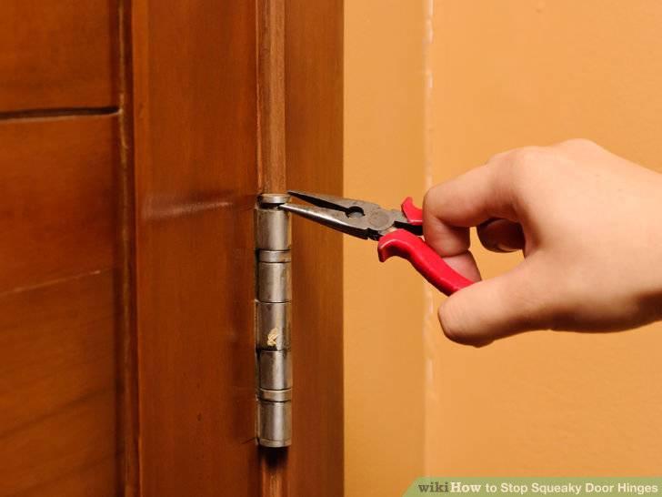 Скрипит межкомнатная дверь, также новая после установки: почему это бывает, что делать, если проблема в уплотнителе, как устранить дефект в ручке, чем смазать петли?