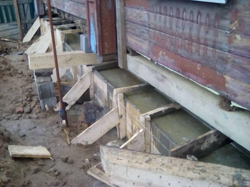 Как поднять деревянный дом на фундамент для ремонта и заливки