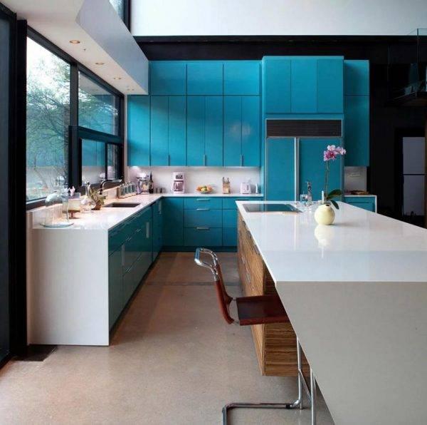 Дизайн кухни с акцентами бирюзового цвета: сочетание с деревом