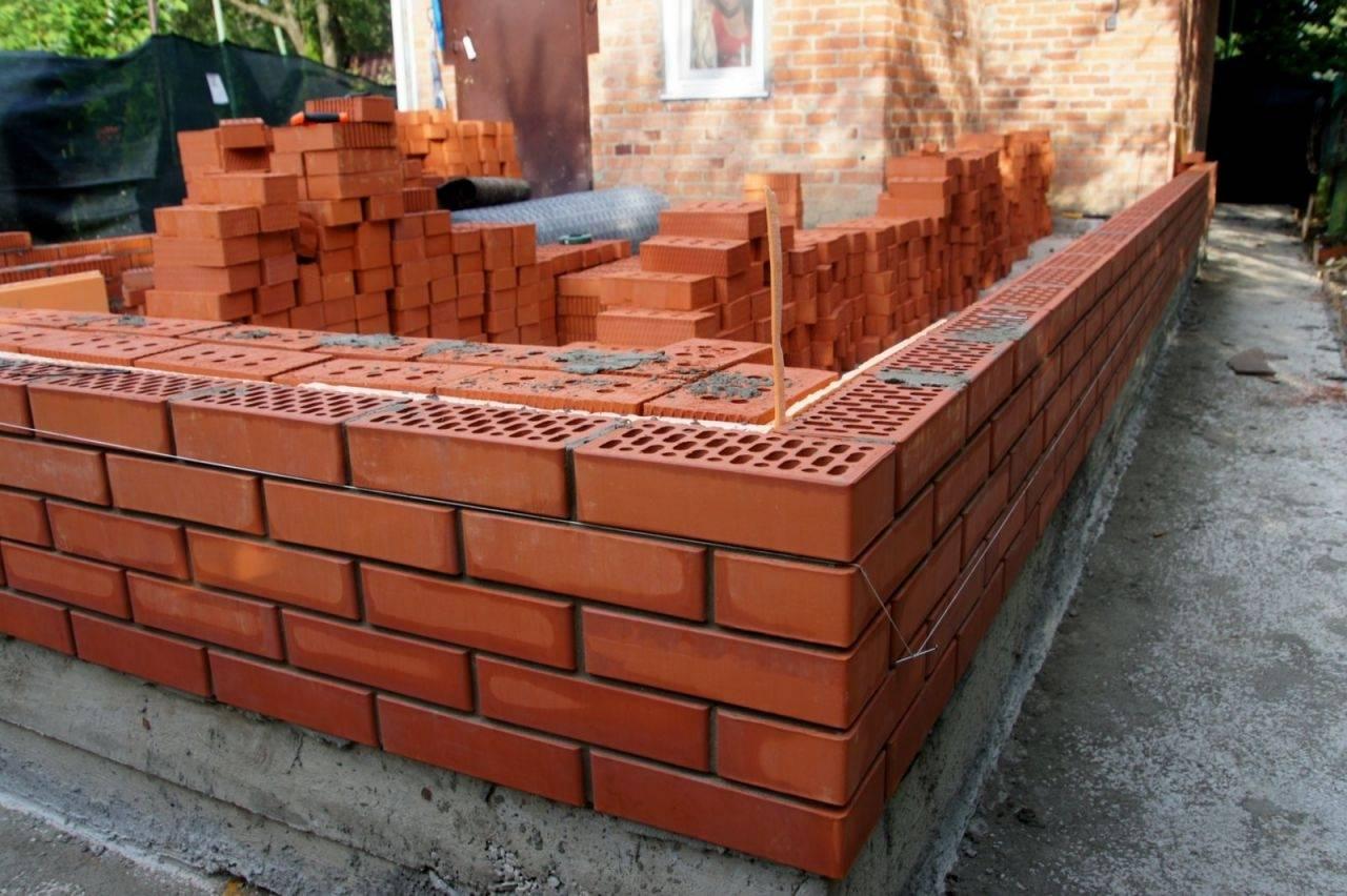Кирпичный фундамент — строительство и выбор материала