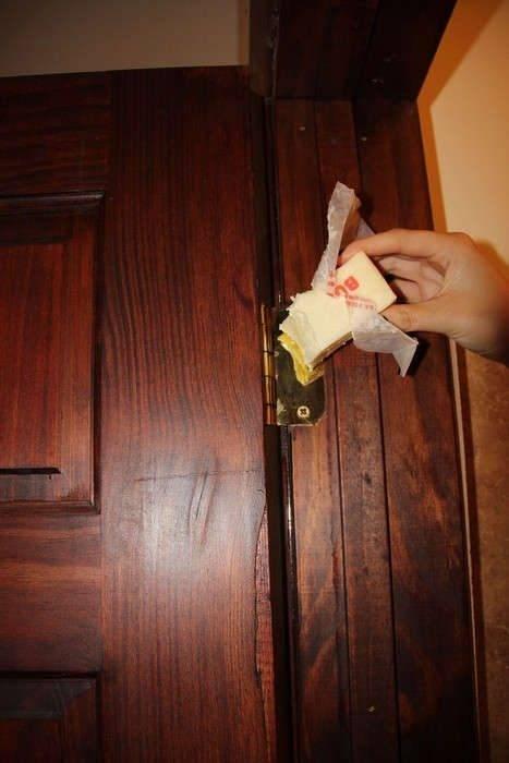 Как смазать петли пластиковой двери и отрегулировать