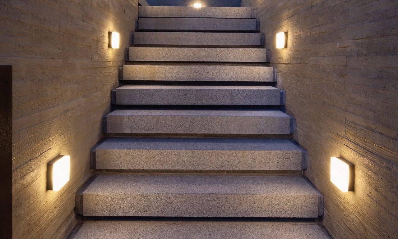 оштукатуренную стену освещение лестницы на второй этаж фото сама ксения