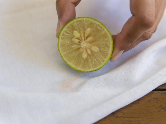 Как вывести пятна от одуванчиков с цветной одежды, чем удалять молочко
