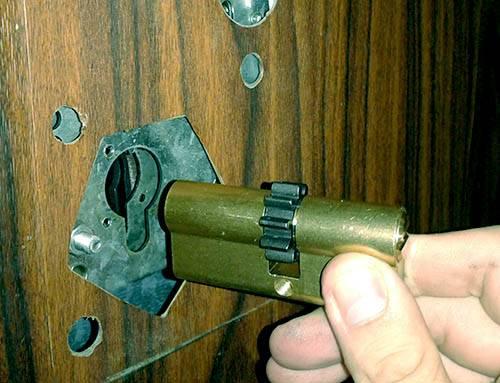 Особенности замены личинки замка двери ваз 2110