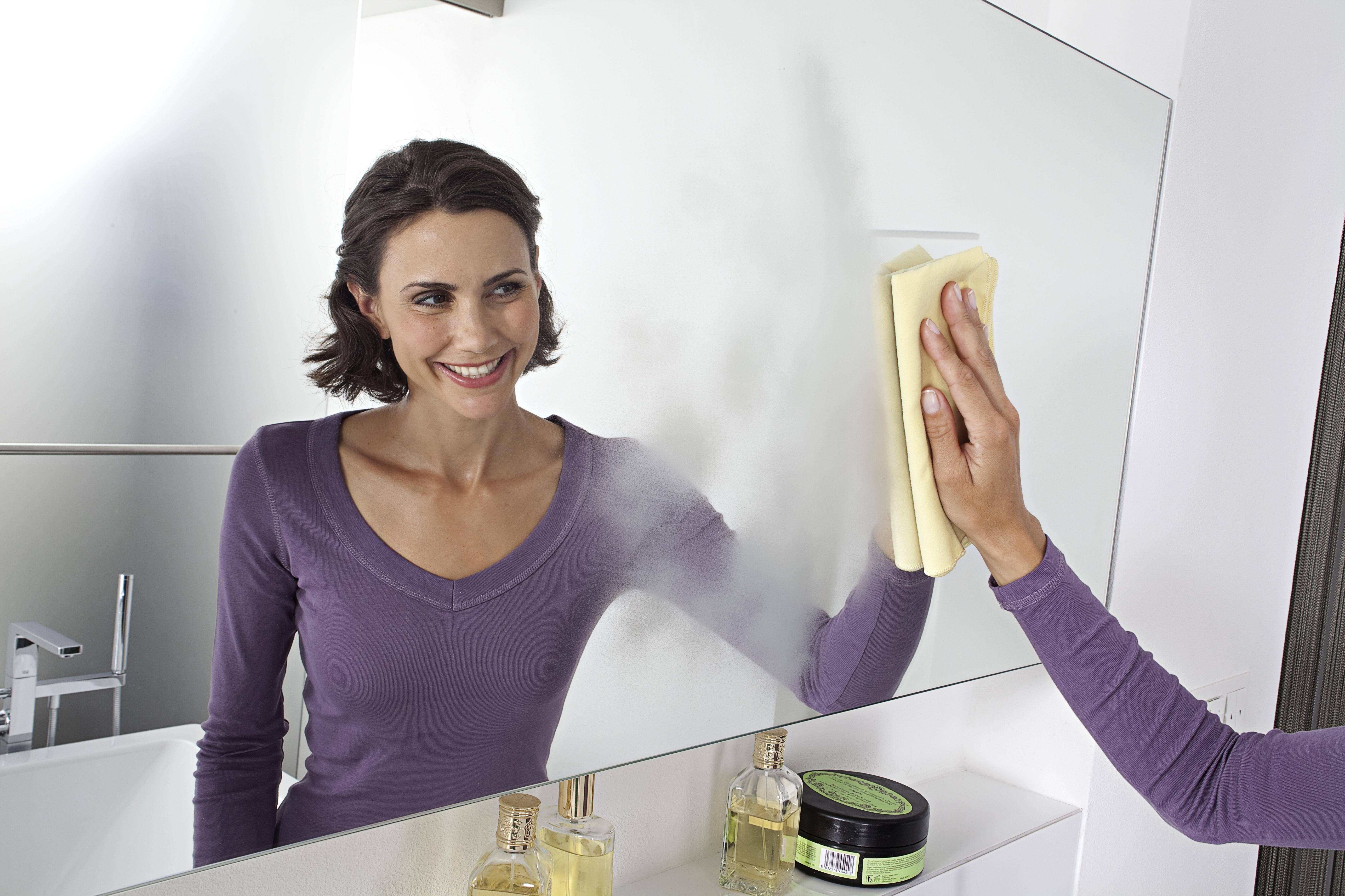 Как в домашних условиях помыть зеркало без разводов – простые методы