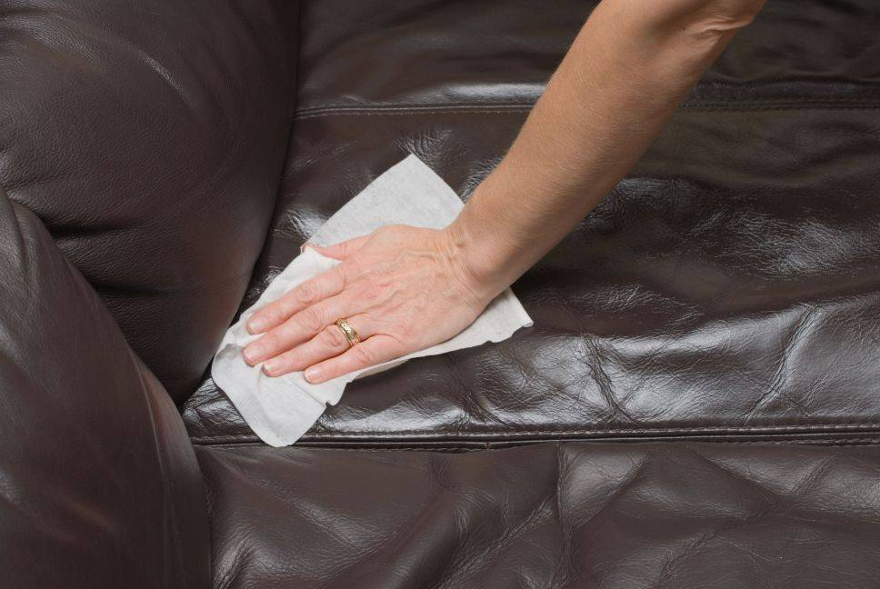 Как и чем лучше почистить диван в домашних условиях быстро и эффективно