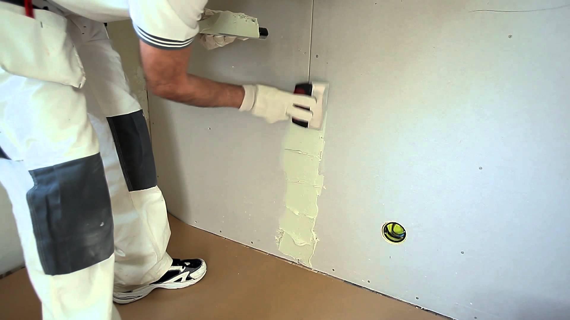 Как грунтовать стены перед поклейкой обоев?