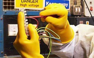 Каким образом перед применением диэлектрические перчатки проверяются на наличие проколов? каким образом следует проверять диэлектрические перчатки на отсутствие прокола