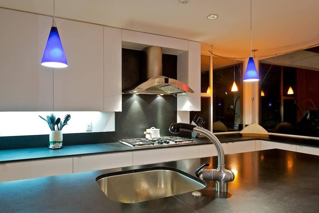 Освещение на кухне: расположение светильников на обеденной и рабочей зоной