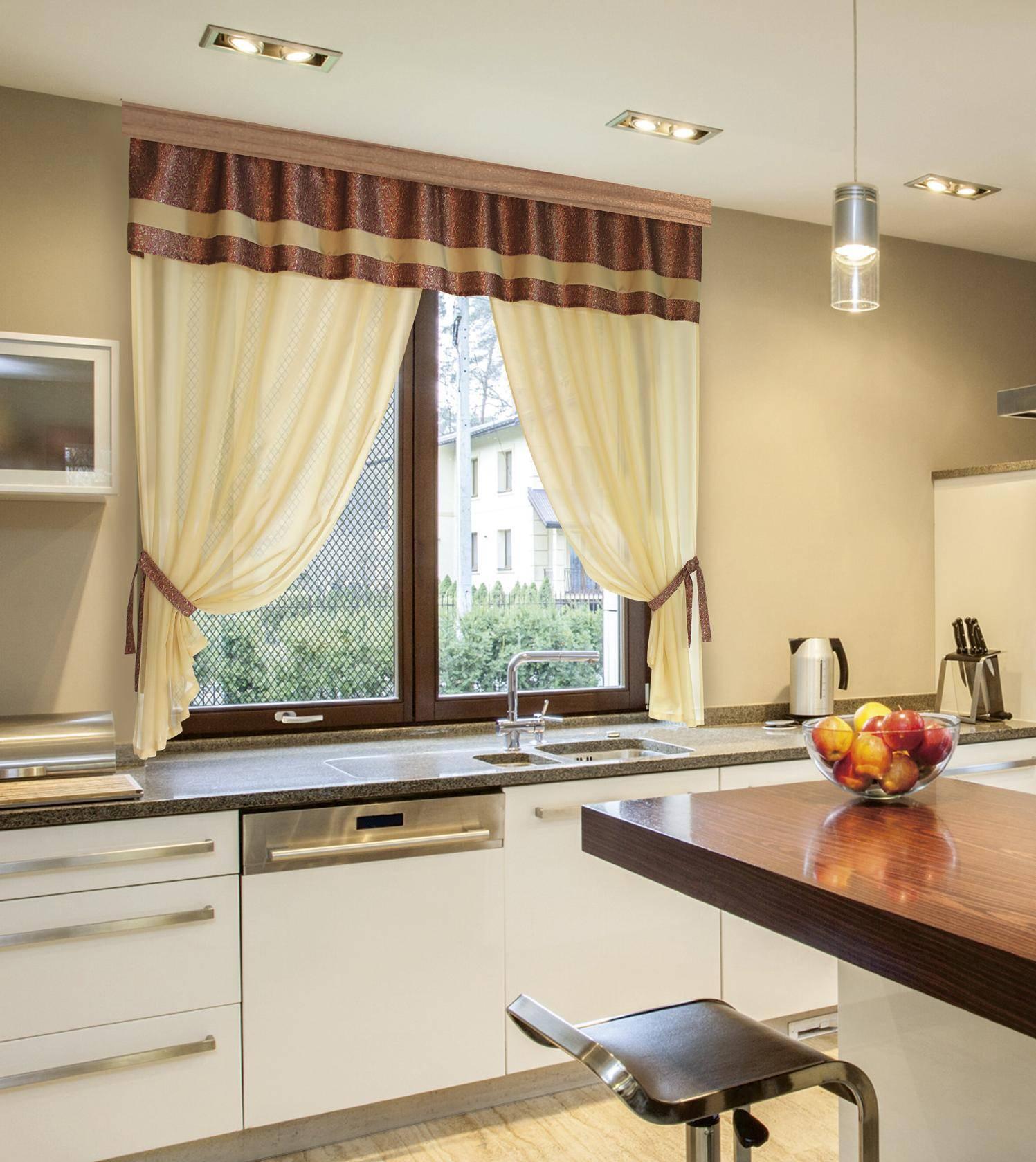 Дизайнерский подход к оформлению окон в гостиной