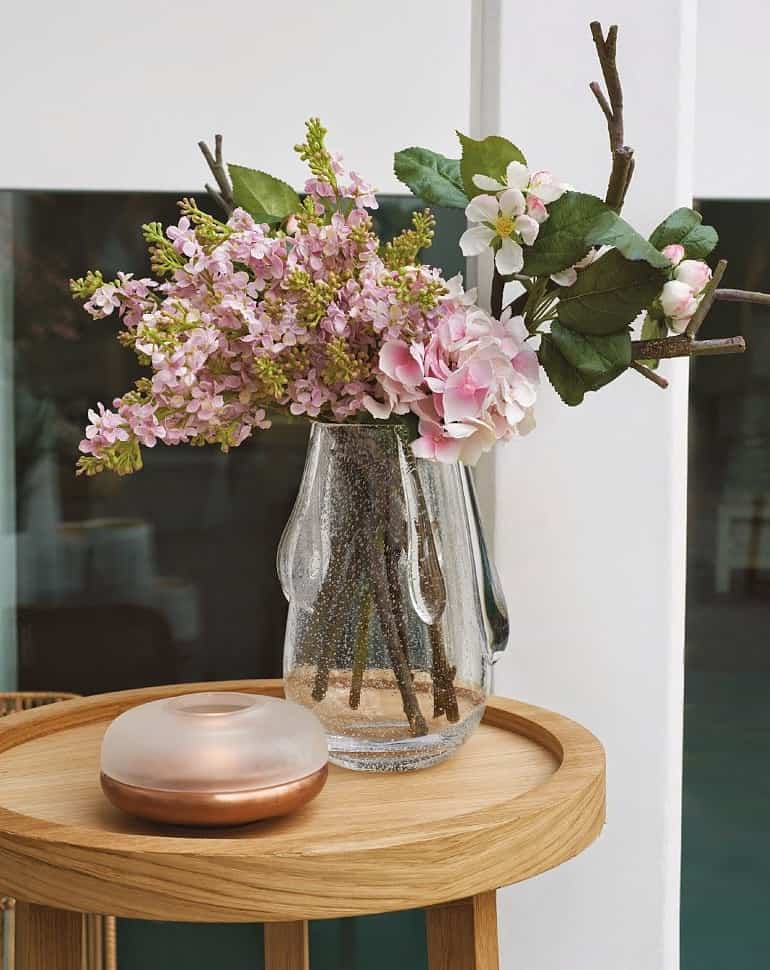 Искуственные цветы для домашнего интерьера (69 фото): цветочные композиции из декоративных букетов своими руками, экибаны в напольных горшках, большие и красивые кашпо на стену