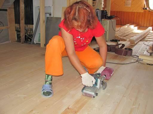 Очистка деревянного пола от старой краски