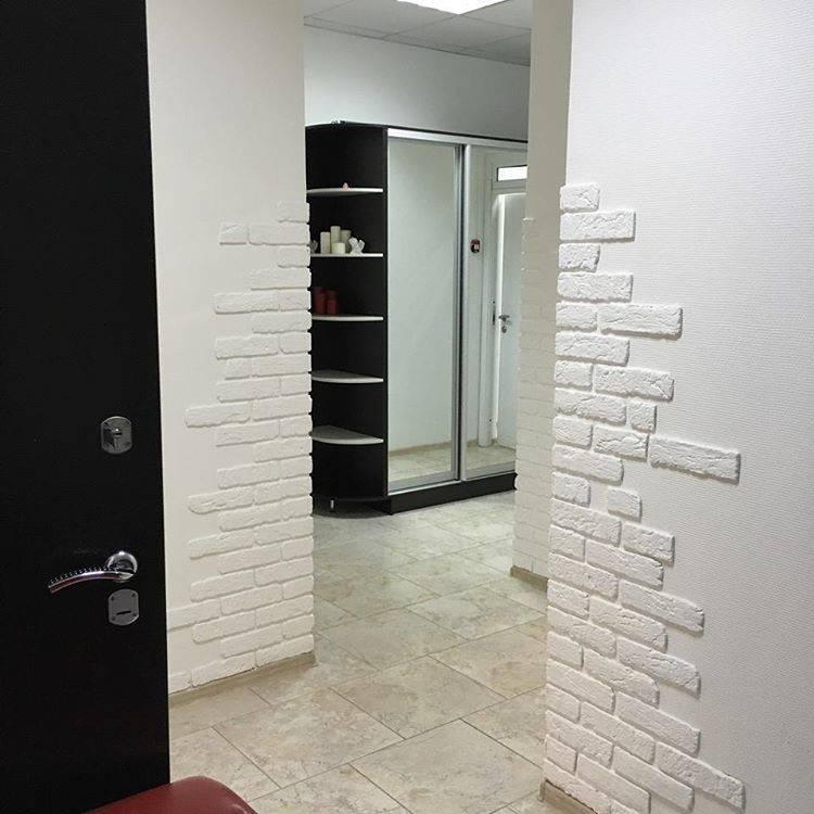 Декоративный кирпич между дверей фото