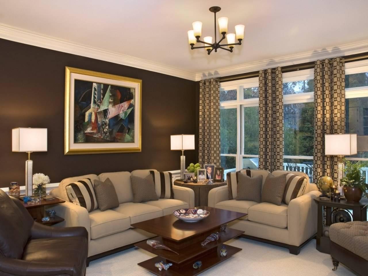 обои на стену в зал фото комбинирование коричневые тона одна