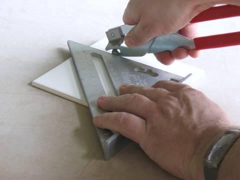 Как резать плитку при помощи стеклореза?