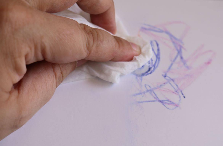 Чем стирать следы от шариковой ручки на обоях: как быстро стереть пасту
