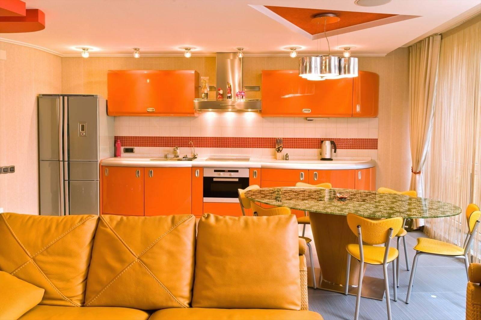 Оранжевая кухня в интерьере: сочетание с гарнитуром и обоями других цветов, фото