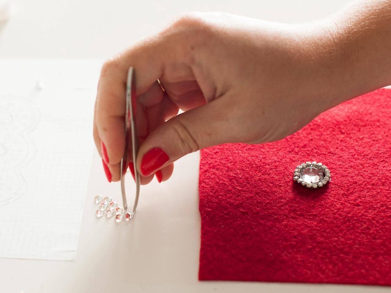 Простые способы, как быстро убрать наклейку с одежды в домашних условиях