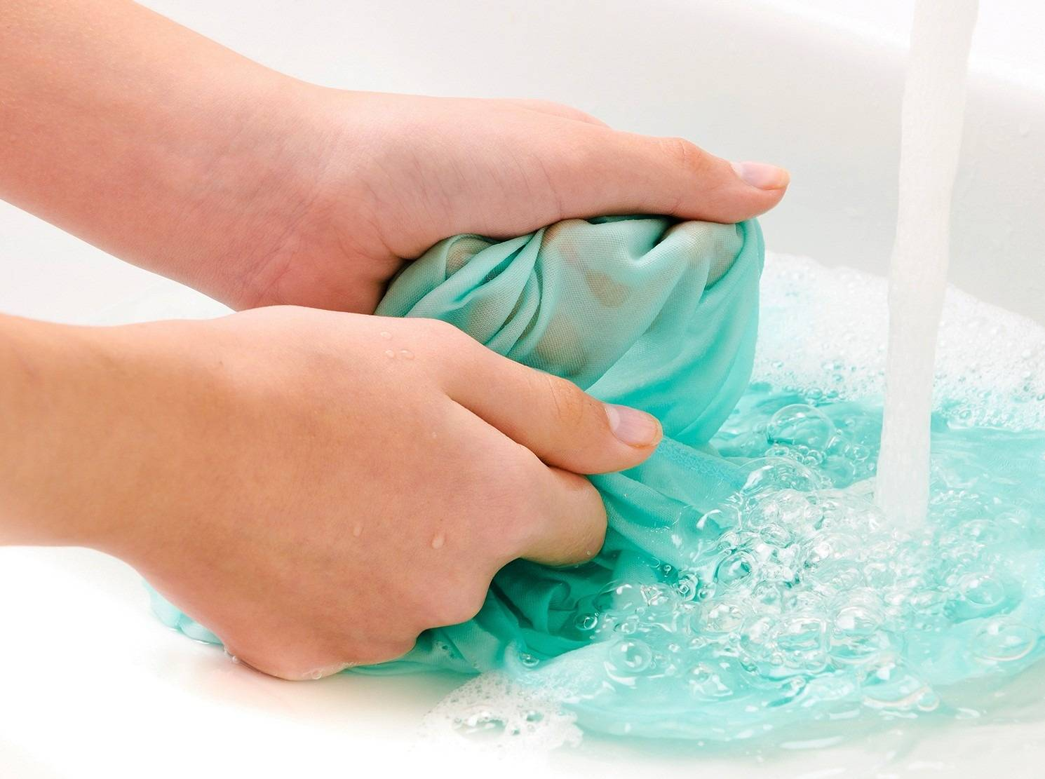 Как убрать блеск от утюга на одежде: методы выведения блестящих пятен или желтых следов после глажки синтетики и других тканей, фото и видео