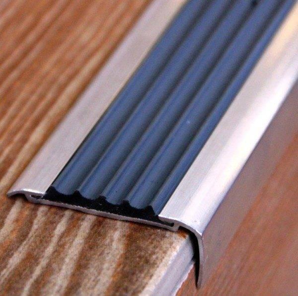 Алюминиевые угловые накладки на ступени.