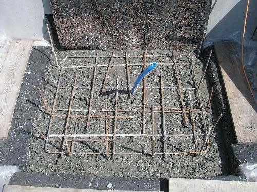 Армирование конструкции перед заливкой фундамента крыльца