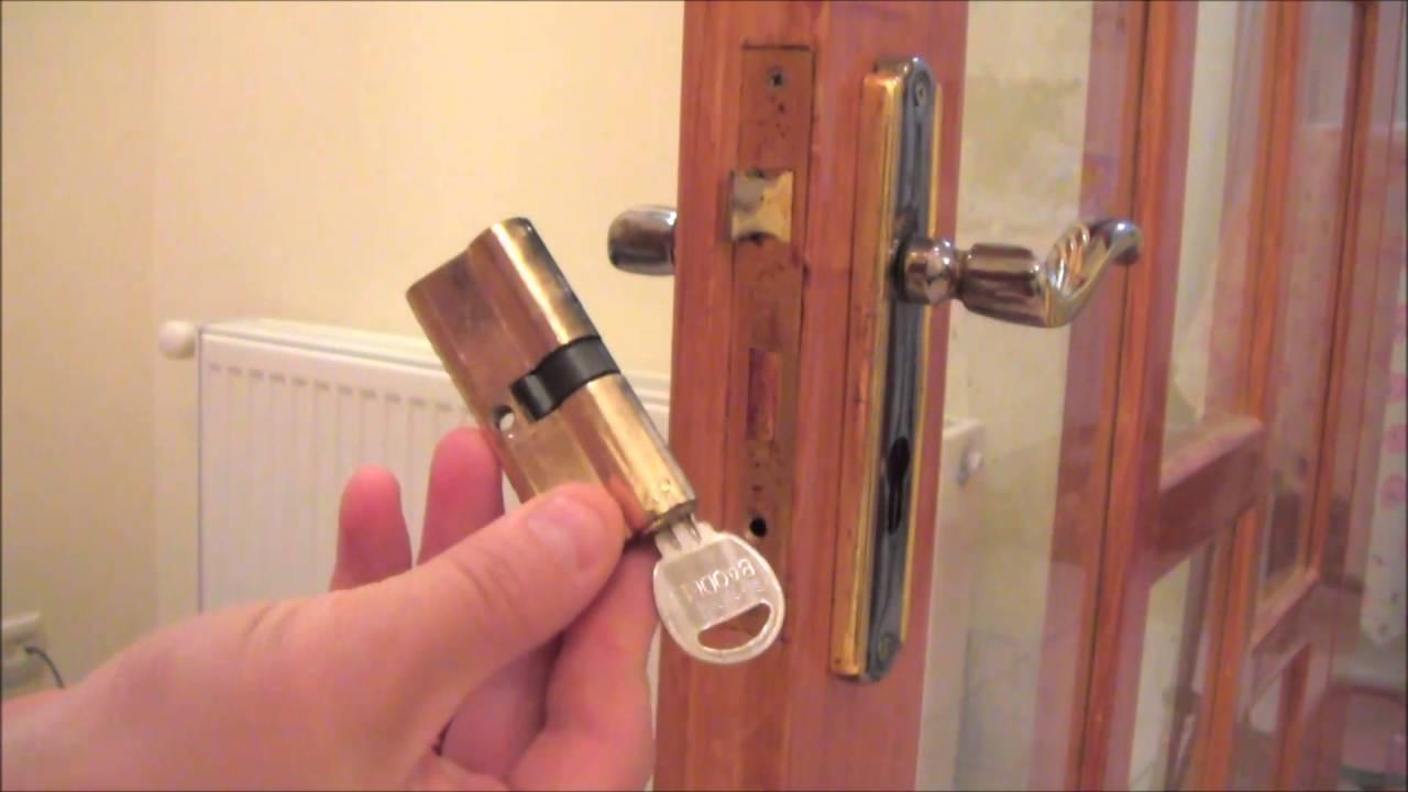 Как поменять личинку в замке двери: признаки поломки и инструкция по замене