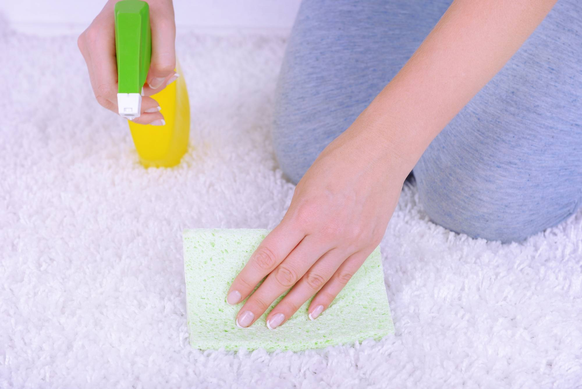 Эффективные способы вывести пятна и запах мочи с дивана