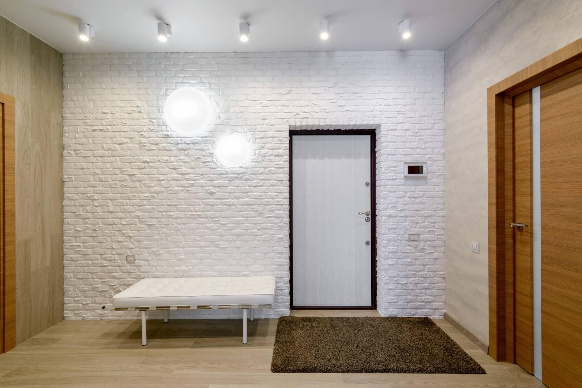 белый кирпичик на стене в холле фото там работать