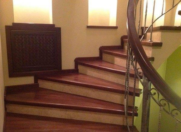 Бетонная винтовая лестница отделанная дубом