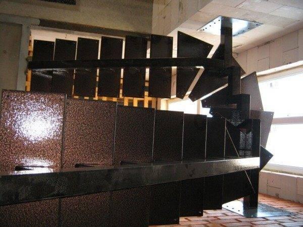 Безусловно, преимущество металла очевидно – изделие можно демонтировать сколько угодно раз, но оно при этом не пострадает