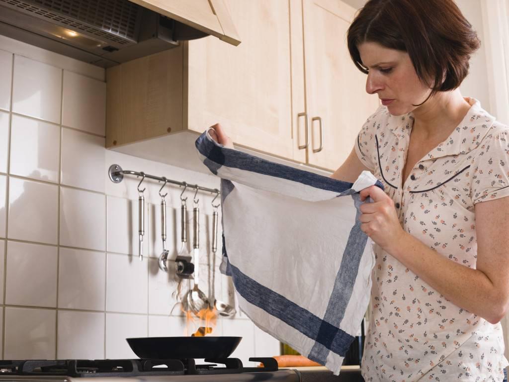 Как отстирать кухонные полотенца от старых жирных пятен и удалить запах