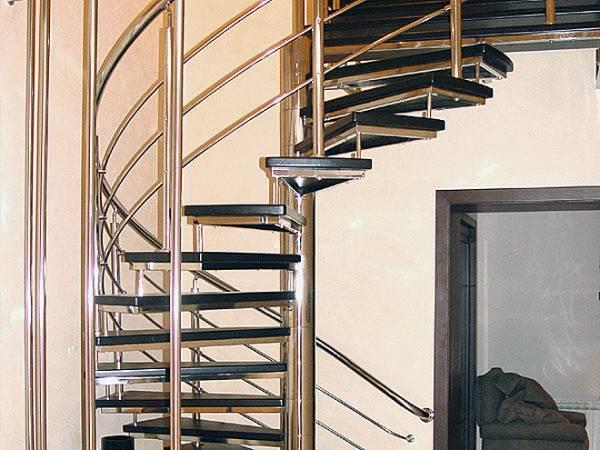Чем закрыть лестницу от детей, когда она имеет такую конструкцию?