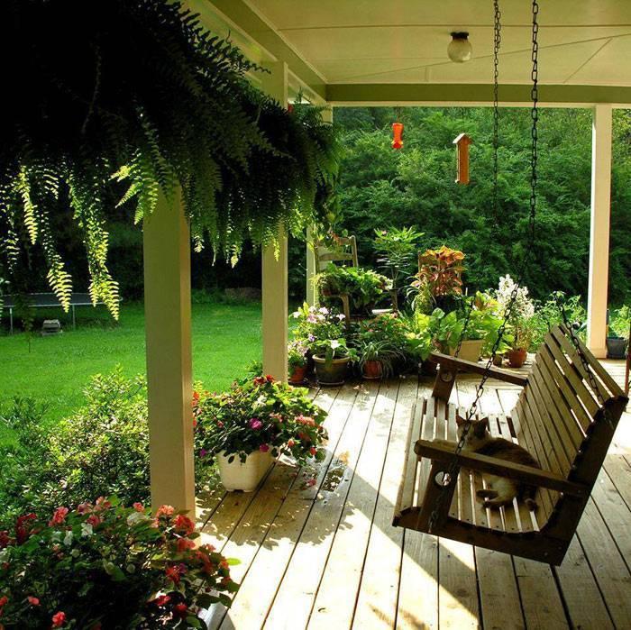 Качели в саду