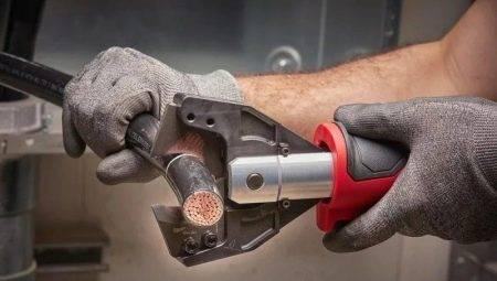 Правила техники безопасности. при использовании иголок, булавок, ножниц: ножницы с сомкнутыми лезвиями должны находиться справа от работающего, кольцами. - презентация