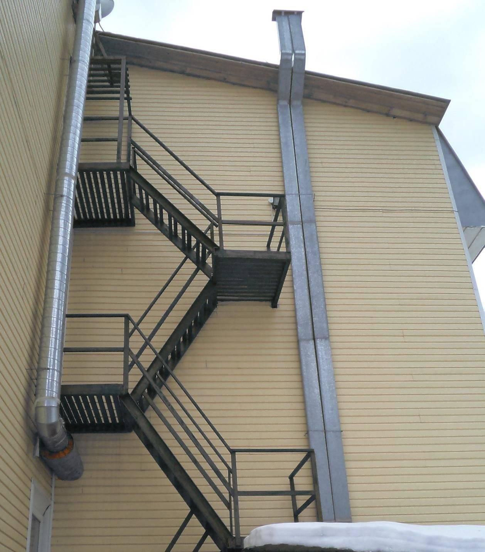 Данные лестницы - это запасной эвакуационный выход с этажа не выше 28 м от земли по СНиП 21-01.