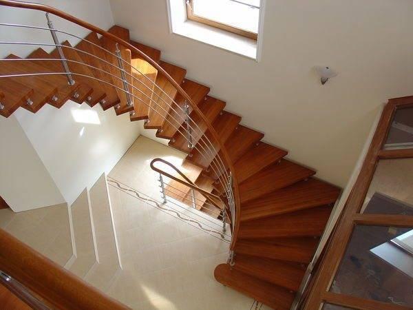 Деревянная больцевая круговая лестница с забежными ступенями.