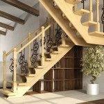 Деревянная лестница с коваными вставками в ограждении