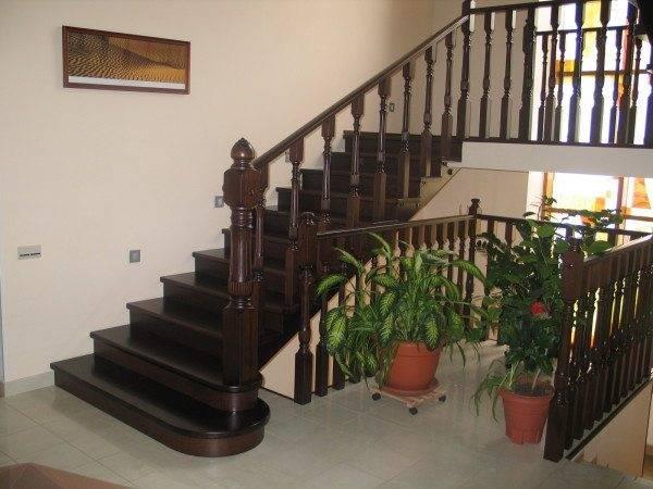 Деревянная лестница из ценных пород дерева от итальянских производителей.
